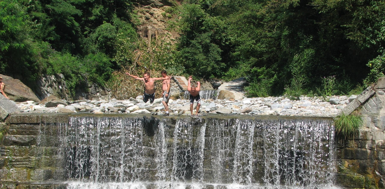 Springen vanaf de watervallen in Domaso